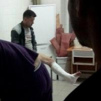 Омич упал в яму напротив подъезда и сломал ногу