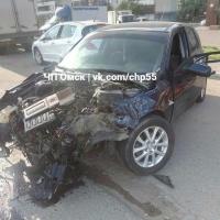 Иномарка в Омске протаранила припаркованный автомобиль