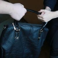 Омичка вырвала у пенсионерки сумку с деньгами на операцию