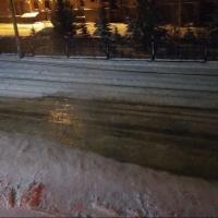 В центре Омска в 30-градусный мороз прорвало водопровод