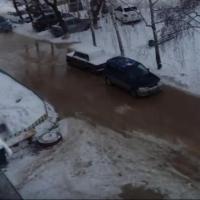 На Левобережье Омска машины вмерзли в лед из-за порыва воды