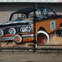 Омский художник украсил остановку «Москвичом»