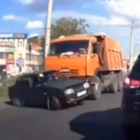 «КамАЗ» в Омске протащил «Ладу» перед собой [видео]