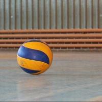 Омский студент умер во время игры в волейбол на физкультуре