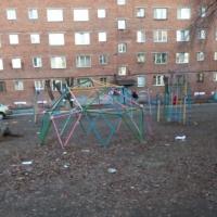 Торговцы бросают мусор рядом с детской площадкой в одном из омских дворов