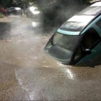 В Омске вновь под асфальт провалилась машина