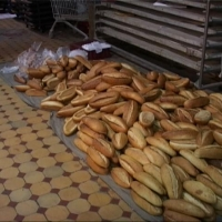 Соцсети: На омском предприятии свежеиспеченный хлеб кладут на пол