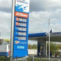 У омичей продолжается фотоохота на табло с ценами на бензин