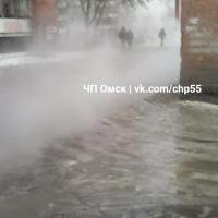 На улице Харьковской в Омске прорвало теплопровод