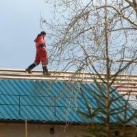 В Омске погиб рабочий, упав с крыши дома-интерната