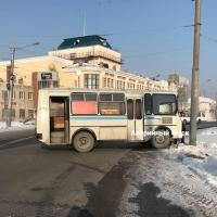 На окраине Омска автобус с пассажирами влетел в столб