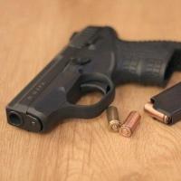 В Омской области знакомые обнаружили хозяина дома с огнестрелом