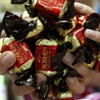 """Омские политики призывают не покупать """"конфеты на крови"""""""