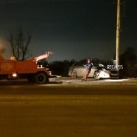 Ночью в Омске Subaru «обняла» столб