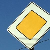 В Омске экстренно меняют дорожные знаки
