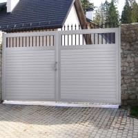 Пять причин выбрать распашные ворота для загородного дома