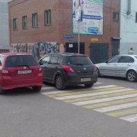 Автохам дня: омич припарковал машину прямо на «зебре»