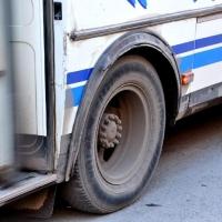 На Красном Пути в Омске взорвалось колесо у автобуса: есть пострадавшая