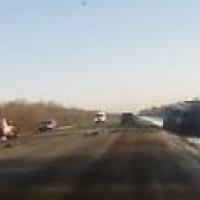 Момент смертельного столкновения двух легковушек и грузовика попал на видео