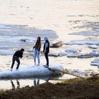 Выход на лед омских рек становится опасным для жизни