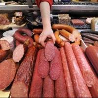 В магазинах Большереченского района продавали просроченное мясо