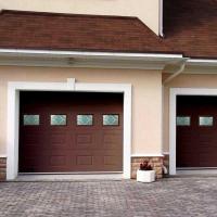 Секционные ворота в интерьере частного дома