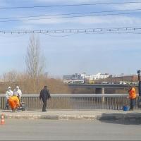 Молодой человек потерял равновесие на мосту в Омске