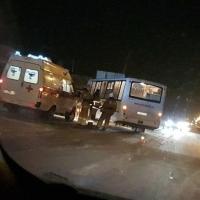 В Омске столкнулись автобус и два автомобиля Сhevrolet