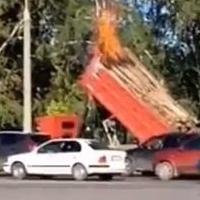 В Омске на ходу в кузове КамАЗа загорелись бревна
