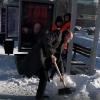 В Омске человек в деловом костюме показал дорожникам, как надо чистить снег