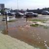 В Омске улицу на Левобережье затопило водой из коллектора