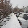 В Омске на припаркованные машины упал забор