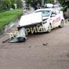 В Омске такси протаранило рекламный щит