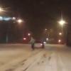 Мужчина прокатился по омским улицам на сноуборде