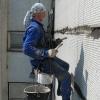 В Омске на проспекте Королева с четвертого этажа упал промышленный альпинист