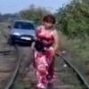 В Омске автоледи попыталась проехать по рельсам и застряла