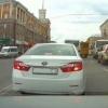 В центре Омска машина с номерами ААА объехала пробку через двойную сплошную