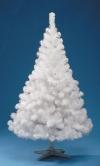 Россияне все больше отдают предпочтение пластмассовым новогодним деревьям.