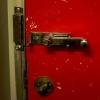 Омский алиментщик пытался спрятаться от судебных приставов в туалете поезда