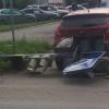 Водитель иномарки в центре Омска врезался в светофор, который упал на припаркованное авто