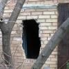 Двое омичей обокрали гараж, проломив кирпичную стену ломом