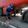 На трассе в Омской области произошла утечка топлива из бензовоза