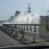 В Омске испытание тепловых сетей породило гейзер у «Горбатого моста»