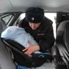 Автоинспекторы подарили новорожденному омичу при выписке из роддома автолюльку