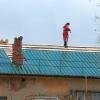 Во время ремонта омича сорвало с крыши порывом ветра