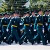 Выпускники-танкисты устроили на Соборной площади дождь из монет