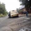 Яму в омском частном секторе заделали пылью с дорог