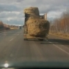 Грузовик потерял стог сена на трассе Омск – Черлак
