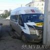 В Омске микроавтобус Ford Transit врезался в столб – пять человек в больнице