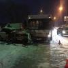 В Омске при столкновении «ВАЗа» и автобуса погибла женщина